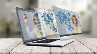 パソコンに映る女性と飛び出す画面