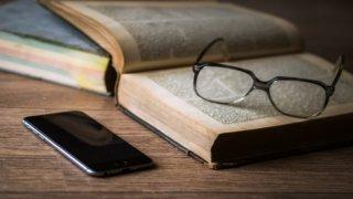 スマホの横にある本とメガネ