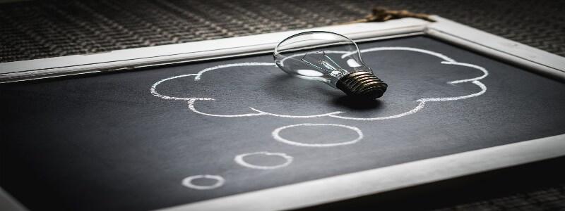黒板のうえに置かれた電球