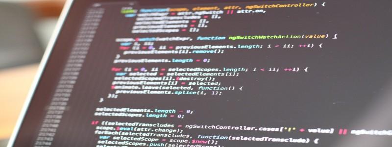 パソコンに表示されたプログラミングコード