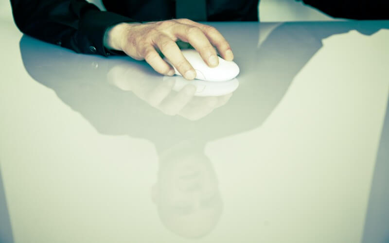 マウスを握る男性の手