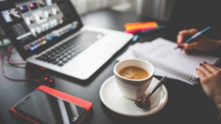 副業のWebライティングに取り組む男性