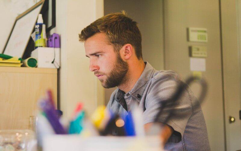 オフィスでパソコンに向き合う30代のフリーランス