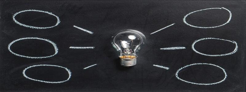 電球と黒板で表現されたマインドマップ