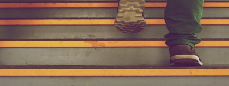 階段を上がるフリーランス