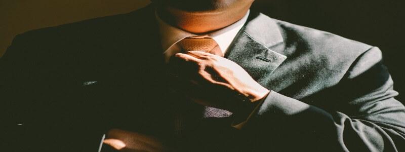 ネクタイを締めるフリーランス