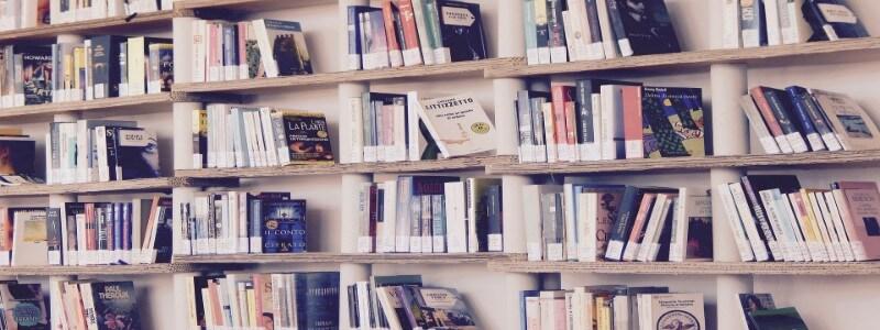 Webライティング書籍が並ぶ本棚