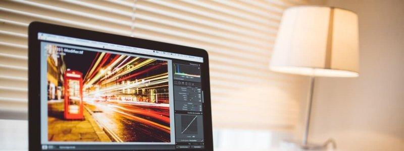 PCの画面とalt属性を設定した画像