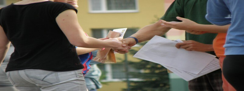 Webライティングセミナーで握手をする若者