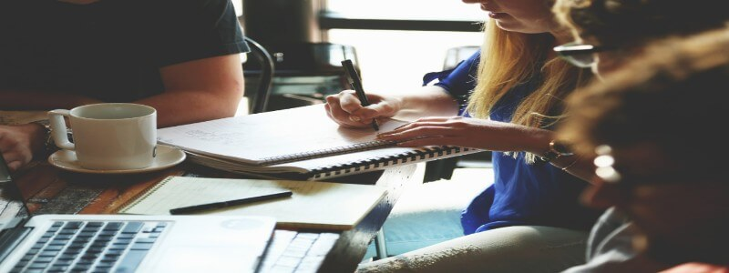 Webライティングセミナーで課題に取り組む若者