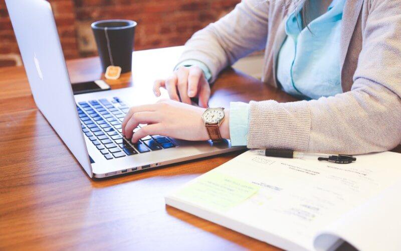 Webライティングをする女性