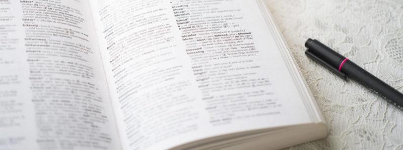 英語でのWEB集客のために翻訳をしているイメージ画像