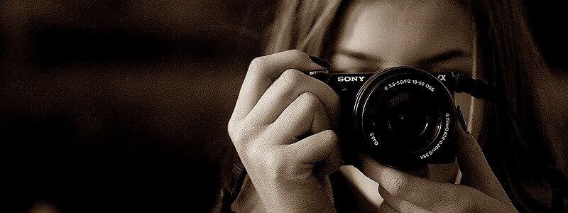 ソニーのカメラを持つ女性