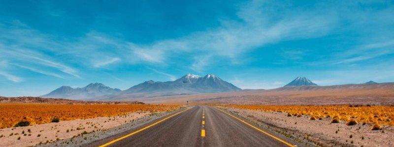 山に向かって続く道