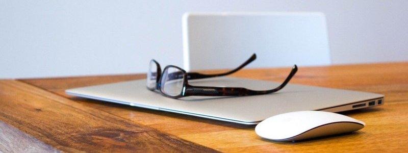 PCとメガネとマウス
