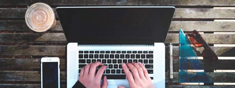 PC作業をするWebマーケター