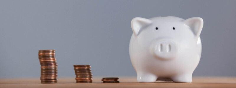 豚の貯金箱と重なった硬貨