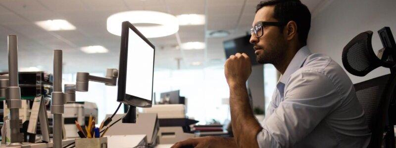 デスクのパソコンに向かう男性