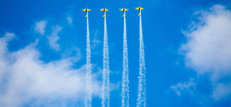 並んで空を飛ぶ4機の飛行機