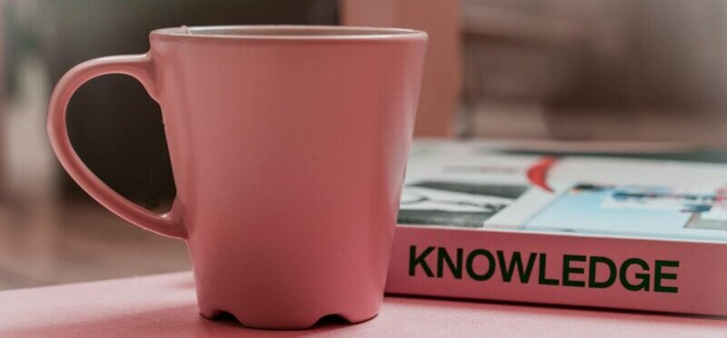 マグカップと「知識」と書かれた本